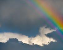 Schöner Regenbogen im Himmel Stockfoto