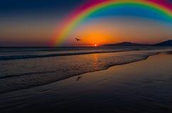 Schöner Regenbogen im Himmel Lizenzfreie Stockfotos