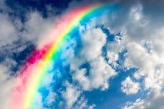 Schöner Regenbogen im Himmel Lizenzfreie Stockbilder