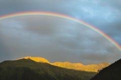 Schöner Regenbogen Mountain View, Österreich Lizenzfreie Stockfotos