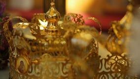 Schöner reich verzierter Innenraum der Kirche in Europa stock footage