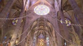 Schöner reich verzierter Innenraum der Kirche in Europa ablage Gewölbte Spalten in der Klosterkapelle mit befleckt stock video footage