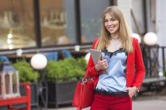 Schöner reicher Luxus, der herein blonde kaukasische Geschäftsfrau schaut Lizenzfreie Stockfotografie