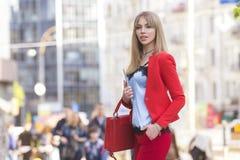 Schöner reicher Luxus, der herein blonde kaukasische Geschäftsfrau schaut Stockfotos