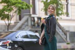 Schöner reicher Luxus, der herein blonde kaukasische Geschäftsfrau schaut Lizenzfreie Stockfotos