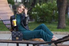 Schöner reicher Luxus, der herein blonde kaukasische Geschäftsfrau schaut Lizenzfreies Stockfoto