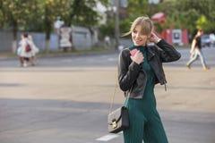 Schöner reicher Luxus, der herein blonde kaukasische Geschäftsfrau schaut Stockfotografie