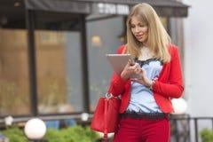 Schöner reicher Luxus, der herein blonde kaukasische Geschäftsfrau schaut Stockfoto