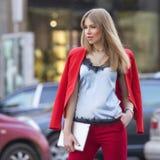 Schöner reicher Luxus, der herein blonde kaukasische Geschäftsfrau schaut Lizenzfreie Stockbilder