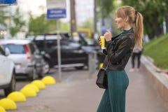 Schöner reicher Luxus, der herein blonde kaukasische Geschäftsfrau schaut Stockbilder