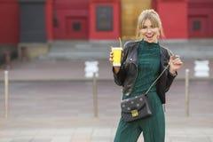 Schöner reicher Luxus, der herein blonde kaukasische Geschäftsfrau schaut Lizenzfreies Stockbild