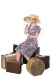 Schöner Retro- blonder tragender Sonnenhut, gesetzt mit Weinlese suitc Stockfotos