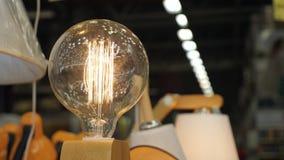 Schöner Retro- Edison-Lichtlampenluxusdekor stock footage