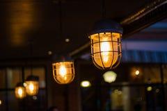 Schöner Retrostilbeleuchtungsdekor-Birnendekor im Restaurant Lizenzfreie Stockbilder