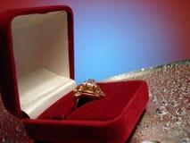 Schöner Ring im Kasten auf Blau- und Silberhintergrund mit Tropfen von Lizenzfreie Stockbilder