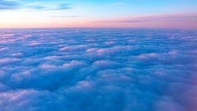 Schöner rosa Sonnenaufgang über den Wolken, Ansicht von der Fläche lizenzfreie stockfotografie