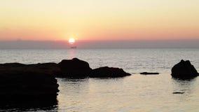 Schöner rosa Sonnenuntergangsonnenaufgang auf dem Meer, völlige Ruhe, fliegende Seemöwen stock footage