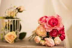 Schöner rosafarbener Blumenstrauß auf weißem hölzernem Hintergrund Stockfoto