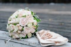 Schöner rosafarbener Hochzeitsblumenstrauß und Brauthandtasche Lizenzfreies Stockbild