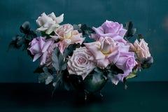 Schöner Rosarosenblumenstrauß auf schwarzer Tabelle Stockbilder