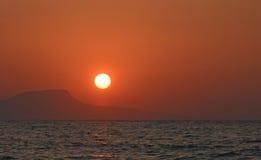 Schöner roter heller Sonnenuntergang auf dem Meer Insel Kreta Stockfoto