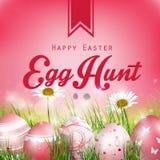 Schöner roter Hintergrund Ostern mit Blumen und farbigen Eiern im Gras Stockfoto