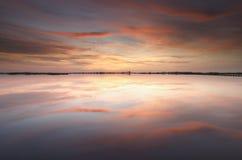 Schöner roter Sonnenuntergang über See lizenzfreie stockfotos