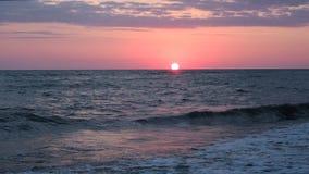 Schöner roter Sonnenuntergang am Strand-erstaunliche Farblichtstrahl, der durch den Cloudscape-Meerblick in rosa Sonnenuntergang- stock video