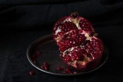 Schöner saftiger roter Granat auf einem dunklen Hintergrund Stockfotografie
