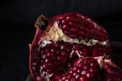Schöner saftiger roter Granat auf einem dunklen Hintergrund Lizenzfreie Stockfotografie