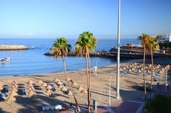 Schöner sandiger Doppelpunkt Playa Des Puerto in Adeje auf Teneriffa Stockbild