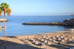 Schöner sandiger Doppelpunkt Playa Des Puerto in Adeje auf Teneriffa Stockfotografie