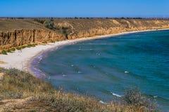 Schöner sandiger Strand Klarer blauer Meer-, und klarerhimmel mit gelbem Sand Lizenzfreies Stockbild
