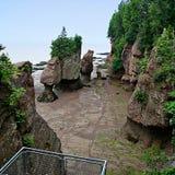 Schöner sandiger Strand mit Felsen stockfotos