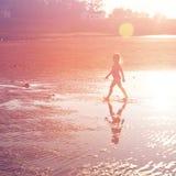 Schöner sandiger Strand mit kleinem Mädchen lizenzfreie stockfotos