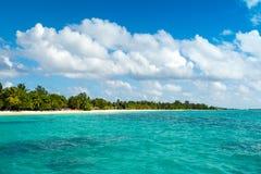 Schöner sandiger Strand mit sunbeds stockfoto