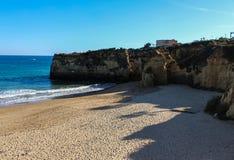 Schöner sandiger Strand nahe Lagos in Ponta DA Piedade, Algarve-Region, Portugal stockfoto