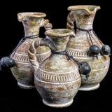 Schöner Satz von drei mexikanischen Vasen auf einem schwarzen Hintergrund stockfotos