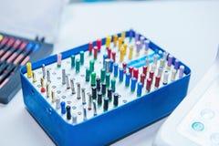 Schöner Satz Werkzeuge für die Implantatszahnärzte gelegen in den Nestern in einer bestimmten Bestellung auf der Funktionstabelle Stockbild