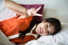 Schöner Schlaf der jungen Frauen auf Bett Stockfoto