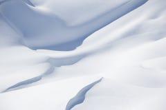 Schöner Schnee umfasste Hügeldetail, Winterlandschaft Lizenzfreie Stockfotos