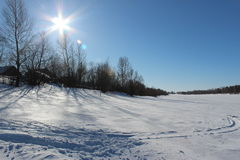 Schöner schneebedeckter Waldkältewinter Stockfotos