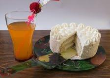 Schöner Schnitt der Kuchen mit einem Cocktail Lizenzfreie Stockfotos