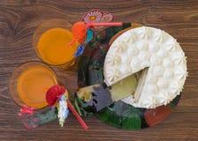 Schöner Schnitt der Kuchen mit einem Cocktail Stockfotografie