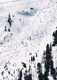 Schöner Schuss einer schneebedeckten Steigung für das Ski fahren stockfotos