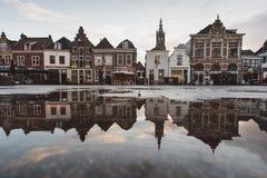 Schöner Schuss von Altbauten mit Reflexionen im Wasser stockfotos