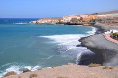 Schöner schwarzer Sand Playa de la Enramada in Adeje auf Teneriffa Lizenzfreies Stockfoto