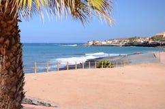 Schöner schwarzer Sand Playa de la Enramada in Adeje auf Teneriffa Stockfoto