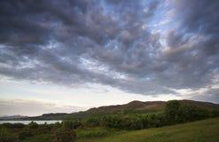 Schöner schwermütiger Sonnenaufgang über ruhigem See Lizenzfreie Stockfotos