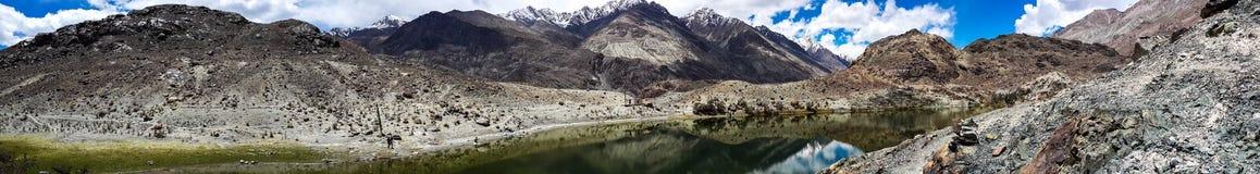 Schöner See auf Berg lizenzfreies stockfoto